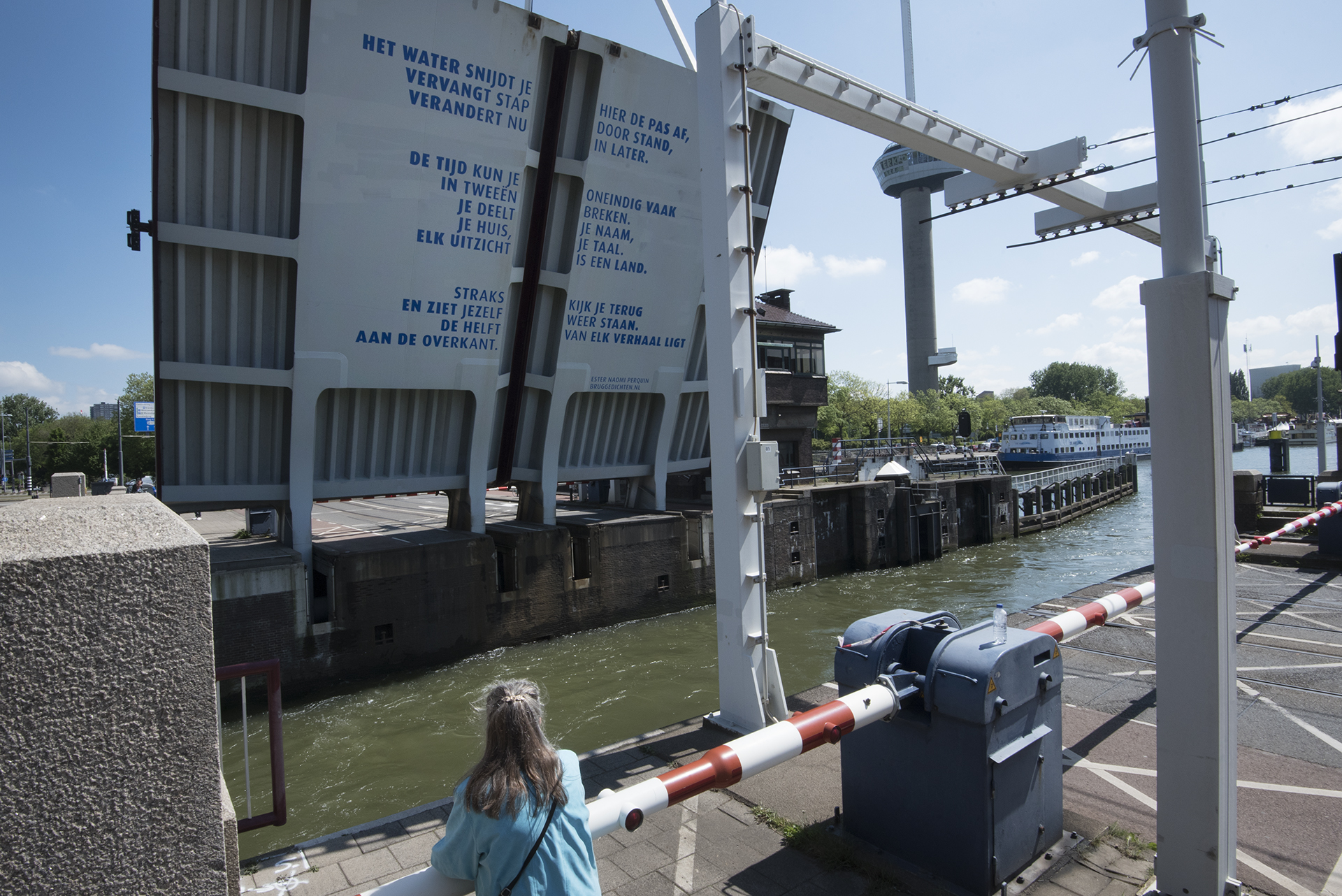 Parkhavenbrug bruggedicht Ester Naomi Perquin uitgevoerd door stichting de Zoek naar Schittering. www.beruggedichten.nl